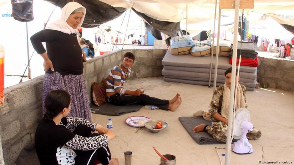 Yazidi family near the Iraq-Turkey border | picture-alliance
